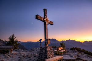 Gipfelkreuz am Kehlstein im Sonnenuntergang , Berchtesgaden, Berchtesgadener Land, Oberbayern, Bayern,  Deutschland,
