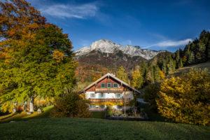 Berchtesgaden, Berchtesgadener Land, Oberbayern, Bayern, Deutschland, Alpen, Berge, Untersberg, Heiliger Berg, Bauernhaus, Herbst