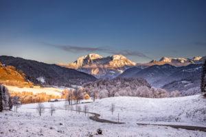 Winterliche Landschaft , Ramsau bei Berchtesgaden, Bayern, Deutschland, idyllische Stimmung mit ersten Schnee beim Bergsteigerdorf Ramsau