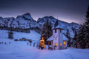 Watzmann im Winter mit kleiner Kirche weihnachtlich beleuchtet, Winter, Oberbayern, Bayern, Deutschland,