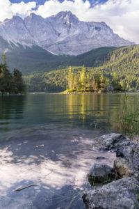 Deutschland, Bayern, Bayerische Alpen, Grainau, Eibsee und Zugspitze am Morgen