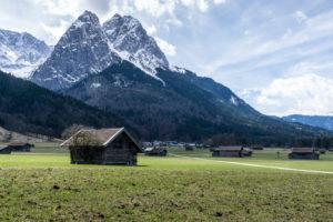Deutschland, Bayern, Bayerische Alpen, Garmisch-Partenkirchen, Blick von Hammersbach auf die Waxensteine im Frühling