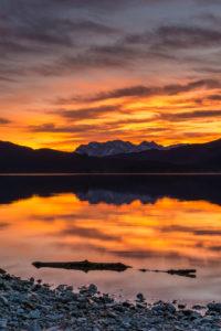 Deutschland, Bayern, Bayerische Alpen, Walchensee, stimmungsvoller Sonnenuntergang am Walchensee mit Blick auf das Karwendel