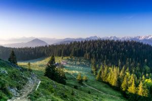 Deutschland, Bayern, Bayerische Alpen, Jachenau, Morgenstimmung auf der Jocheralm im Frühling