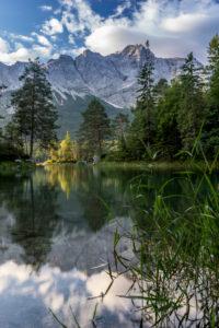 Deutschland, Bayern, Bayerische Alpen, Grainau, Morgenstimmung am Eibsee mit Zugspitzblick