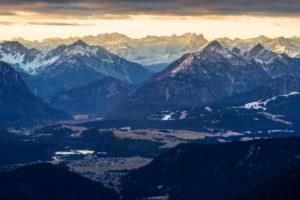 Deutschland, Bayern, Bayerische Alpen, Herzogstand, winterlicher Sonnenaufgang im Karwendel