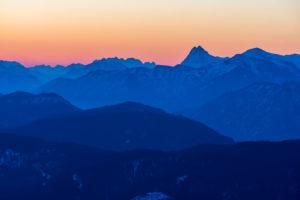 Deutschland, Bayern, Walchensee, Blick vom Simetsberg in Richtung Guffert und Kaisergebirge kurz vor Sonnenaufgang