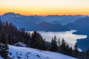 Deutschland, Bayern, Walchensee, Morgenstimmung über dem Walchensee und den umliegenden Bergen