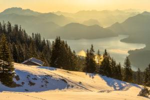Deutschland, Bayern, Walchensee, Goldenes Morgenlicht über dem Walchensee in Oberbayern