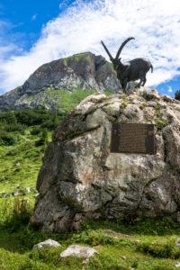 Österreich, Vorarlberg, Lechquellengebirge, Dalaas, Steinbockstatue im Lechquellengebirge