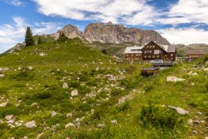 Österreich, Vorarlberg, Lechquellengebirge, Dalaas, Freiburger Hütte, Blick auf die Freiburger Hütte vor der Roten Wand