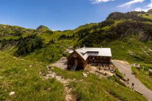 Österreich, Vorarlberg, Lechquellengebirge, Dalaas, Freiburger Hütte, Blick hinunter auf die Freiburger Hütte