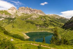Österreich, Vorarlberg, Lechquellengebirge, Dalaas, Blick auf den Formarinsee und die Rote Wand