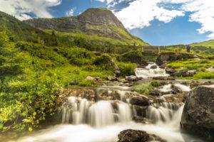 Österreich, Vorarlberg, Lechquellengebirge, Dalaas, Wanderer genießt den Ausblick am Ufer des Lech nahe seines Ursprungs