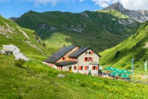 Österreich, Vorarlberg, Lechquellengebirge, Dalaas, Ravensburger Hütte, Blick auf die Ravensburger Hütte und die umliegende Bergwelt