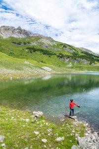 Austria, Vorarlberg, Lechquellen Mountains, Dalaas, small boy plays on the Formarinsee