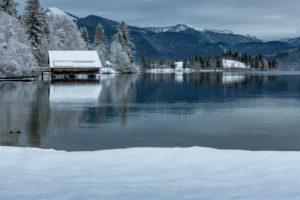Deutschland, Bayern, Walchensee, Einsiedl, Blick auf den winterlichen Walchensee mit dem Jochberg im Hintergrund