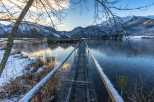 Europa, Deutschland, Bayern, Schlehdorf, Kochelsee, Blick auf die Bootshäuser am winterlichen Kochelsee