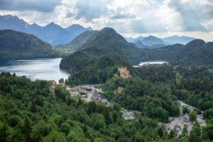 Deutschland, Bayern, Hohenschwangau, Blick auf die Burg Hohenschwangau und den Alpsee