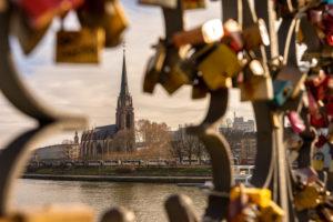 Europa, Deutschland, Hessen, Frankfurt, Blick vom Eisernen Steg auf die Dreikönigskirche in Frankfurt