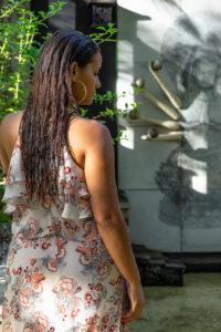 Amerika, Karibik, Große Antillen, Dominikanische Republik, Cabarete, Frau genießt die Ruhe in einem Fischteich im Yogabereich des Natura Cabana Boutique Hotel & Spa