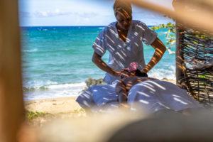 Amerika, Karibik, Große Antillen, Dominikanische Republik, Cabarete, Frau bekommt eine Massage am Strand im Natura Cabana Boutique Hotel & Spa