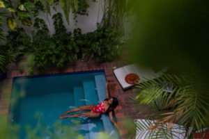 Amerika, Karibik, Große Antillen, Dominikanische Republik, Santo Domingo, Zona Colonial, Hotel Colonial 154 H Boutique, Frau liegt im Pool