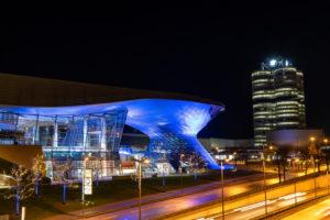 Europa, Deutschland, Bayern, München, Innenstadt, Georg-Brauchle-Ring, Blick auf die BMW-Welt und die BMW-Zentrale in München bei Nacht