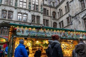 Europa, Deutschland, Bayern, München, Stadtzentrum, Marienplatz, Weihnachtsmarkt im Innenhof des Neuen Rathauses auf dem Marienplatz München