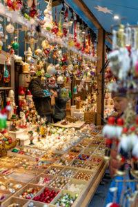 Europa, Deutschland, Bayern, München, Stadtzentrum, Marienplatz, Stimmungsvoller Verkaufsstand auf dem Weihnachtsmarkt auf dem Marienplatz München