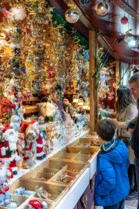 Europa, Deutschland, Bayern, München, Stadtzentrum, Marienplatz, Besucher betrachten Dekorationsgegenstände auf dem Weihnachtsmarkt auf dem Marienplatz München