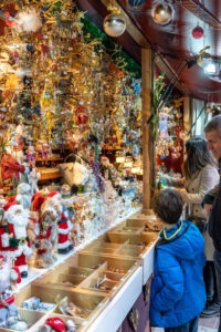 Europe, Germany, Bavaria, Munich, city center, Marienplatz, visitors look at decorative objects at the Christmas market on the Marienplatz in Munich