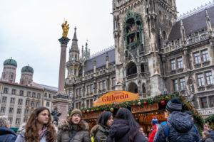 Europa, Deutschland, Bayern, München, Stadtzentrum, Marienplatz, Touristen auf dem Weihnachtsmarkt auf dem Marienplatz München