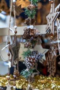 Europa, Deutschland, Bayern, München, Stadtzentrum, Marienplatz, Dekorative Geschenke auf dem Weihnachtsmarkt auf dem Marienplatz München