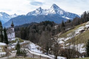 Europa, Deutschland, Bayern, Bayerische Alpen, Berchtesgadener Land, Berchtesgaden, Blick auf die Wallfahrtskirche Maria Gern und das Watzmannmassiv