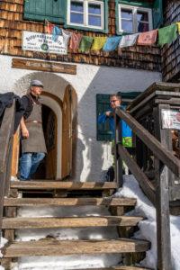 Europa, Österreich, Berchtesgadener Alpen, Salzburg, Werfen, Ostpreussenhütte, Hüttenwirt im Gespräch mit Gast auf der Hüttenterrasse