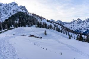 Europa, Österreich, Berchtesgadener Alpen, Salzburg, Werfen, Ostpreussenhütte, Blühnteckalm in verschneiter Winterlandschaft vor Floßkogel und Alblegg