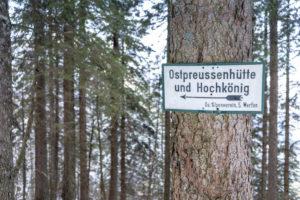 Europa, Österreich, Berchtesgadener Alpen, Salzburg, Werfen, Ostpreussenhütte, Wegweiser zur Ostpreussenhütte im Bergwald