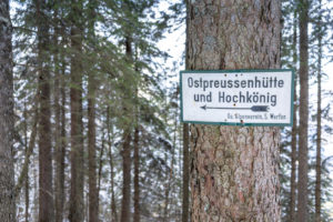 Europe, Austria, Berchtesgaden Alps, Salzburg, Werfen, Ostpreussenhütte, signpost to the Ostpreussenhütte in the mountain forest