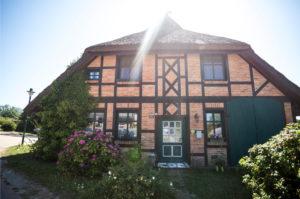 Deutschland, Rügen, Backsteinhaus mit Fachwerk