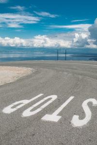 STOP-Schriftzug auf einer Straße auf Cres, Kroatien