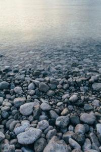 Steine am Ufer in Kroatien