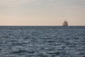 Traditionssegler am Horizont auf dem Greifswalder Bodden