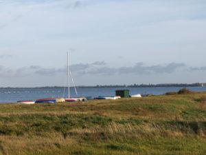 Boote am Ostufer von Hiddensee, im Hintergrund, Rügen, Mecklenburg-Vorpommern, Deutschland