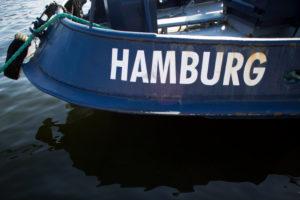 Hamburg-Schriftzug an einem Boot