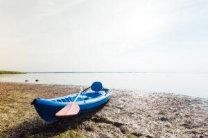 Kajak am Strand mit viel Seegras, Mecklenburg-Vorpommern, Deutschland