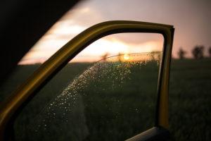 Blick durch eine heruntergelassene Autoscheibe auf die Landschaft nach einem Gewitter