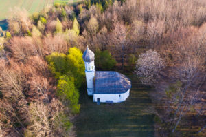 White Chapel, St. Georg Chapel, Ascholding near Dietramszell, Tölzer Land, drone recording, Upper Bavaria, Bavaria, Germany