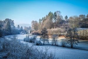 Sonniger Wintermorgen mit Raureif bei Thuisbrunn in der Fränkischen Schweiz
