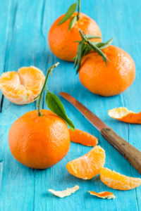 Stillleben mit Mandarinen auf einem türkisblauen Holztisch
